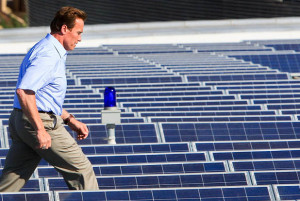 Arnold_Schwarzenegger_en_una_Planta_Solar_Fotovoltaica-LR